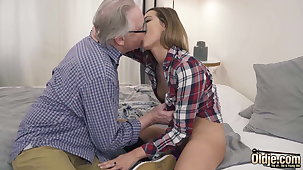 Ex-Girlfriend Rides With Her Vagina With an increment of Grandpa Fucks Her Mouth